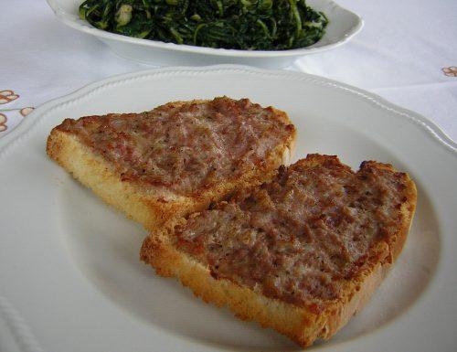Crostoni di pane e salsiccia