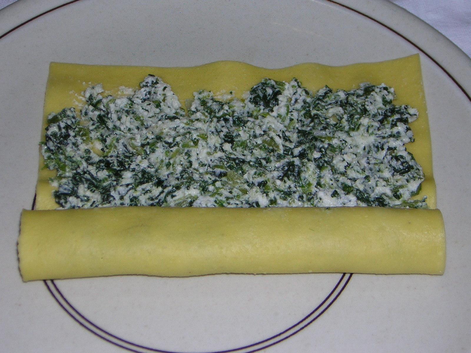 preparazione dei cannelloni ricotta e spinaci al ragù