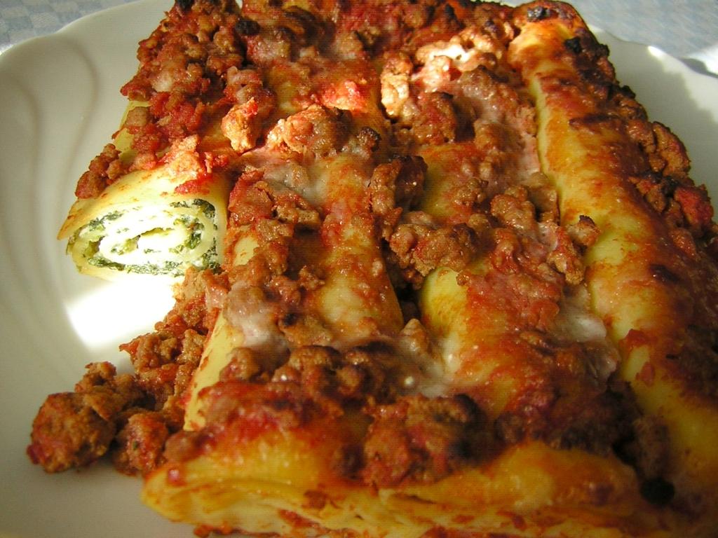 cannelloni ricotta e spinaci al ragù