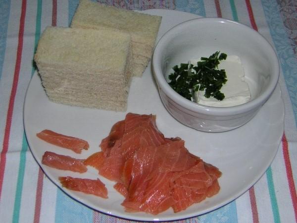 ingredienti per le tartine al salmone con erba cipollina