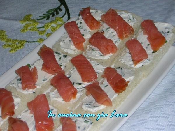 tartine al salmone con erba cipollina