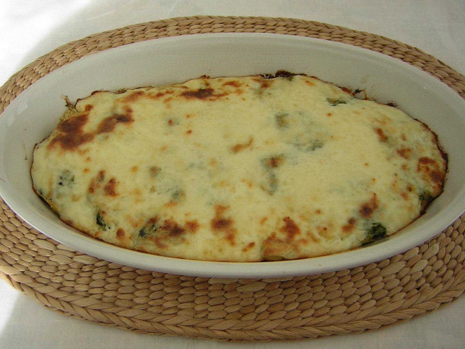 girelle di pasta al forno con spinaci appena sfornata
