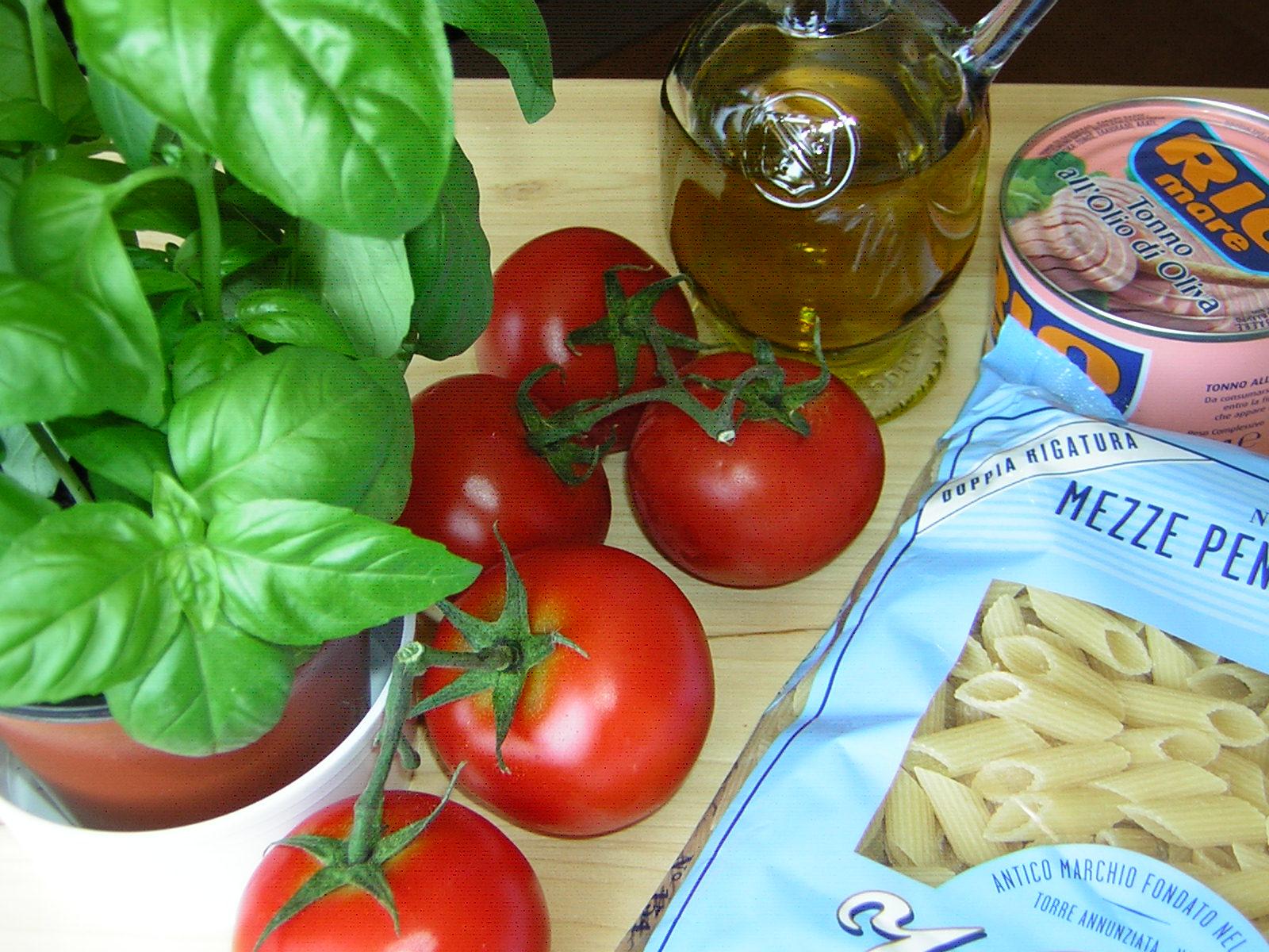 ingredienti delle penne con tonno e pomodori