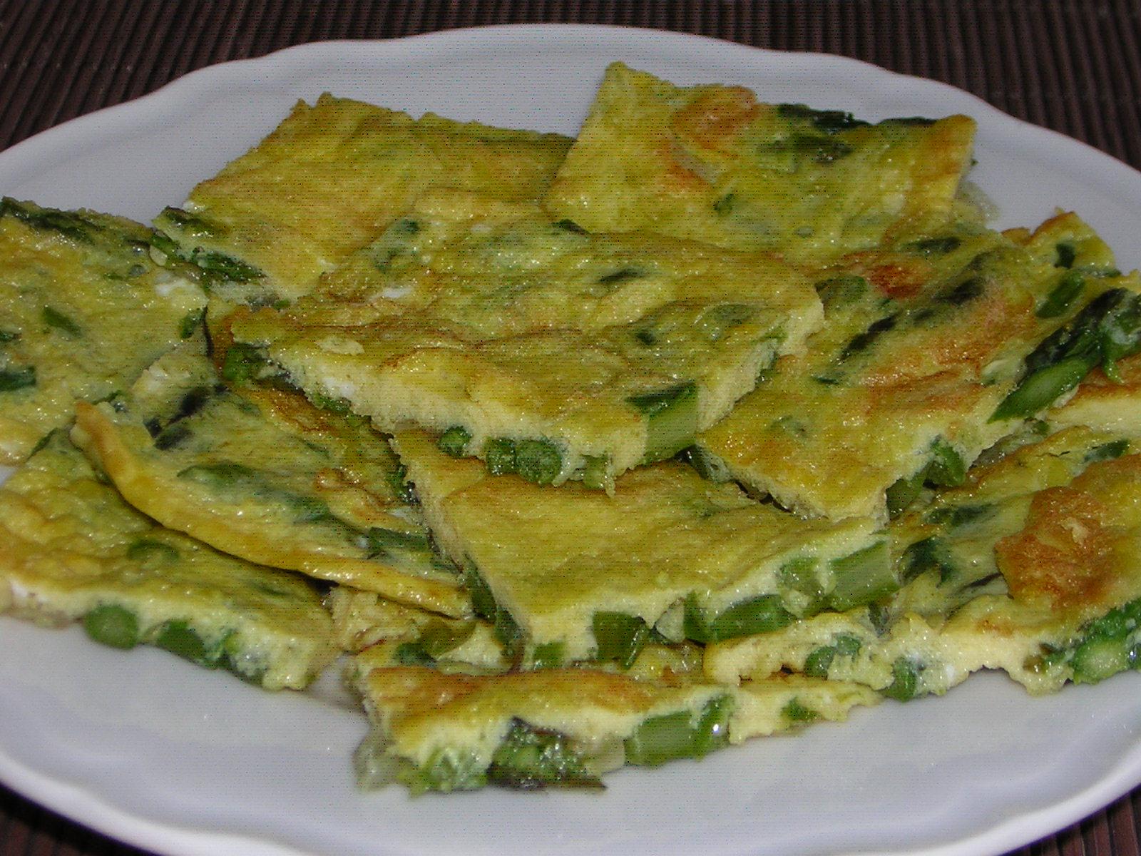 preparazione della frittata con asparagi e cipolla