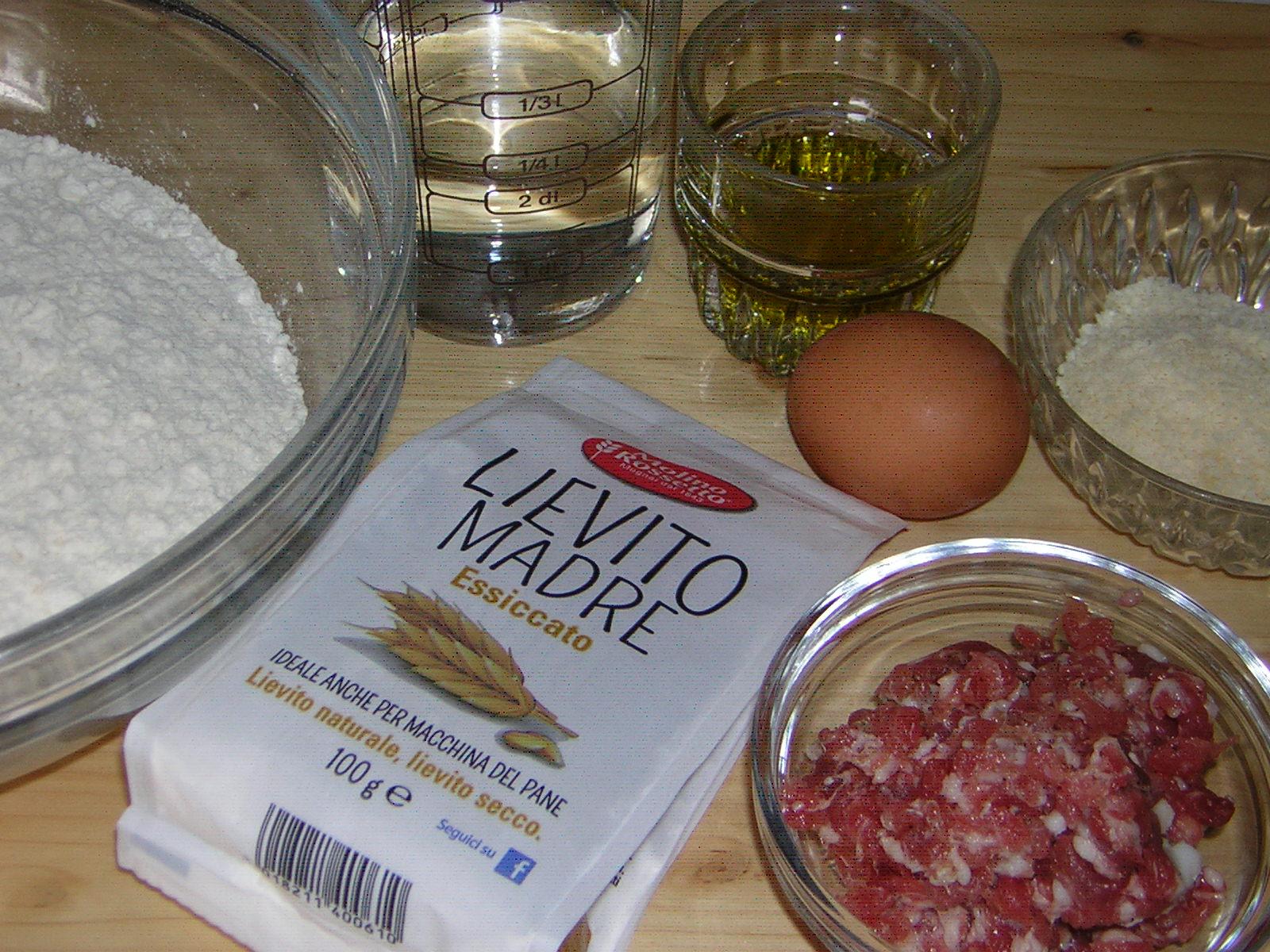 ingredienti per la pizza alla salsiccia