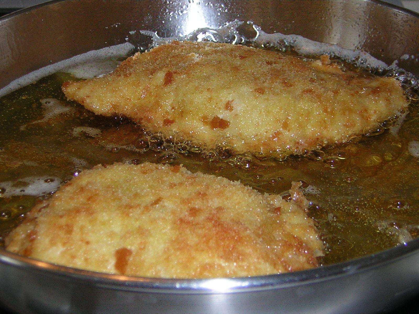 cottura dei portafogli di petto di pollo fritti
