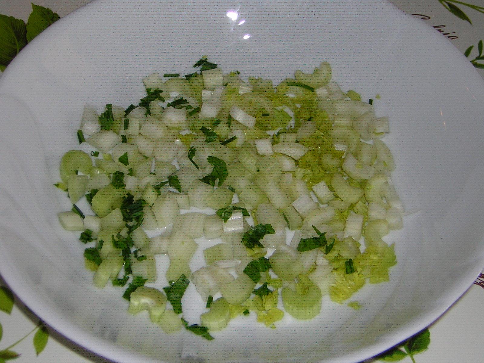 preparazione dell'insalata di fagioli dall'occhio