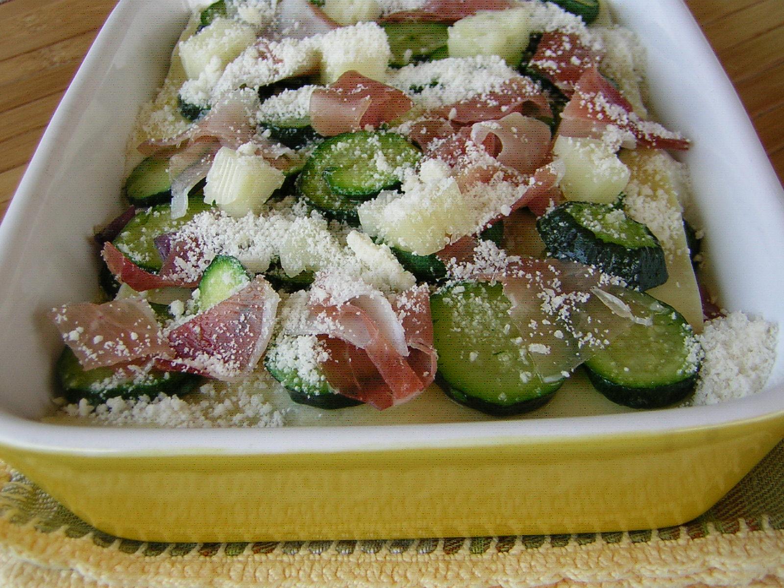 preparazione delle lasagne con zucchine