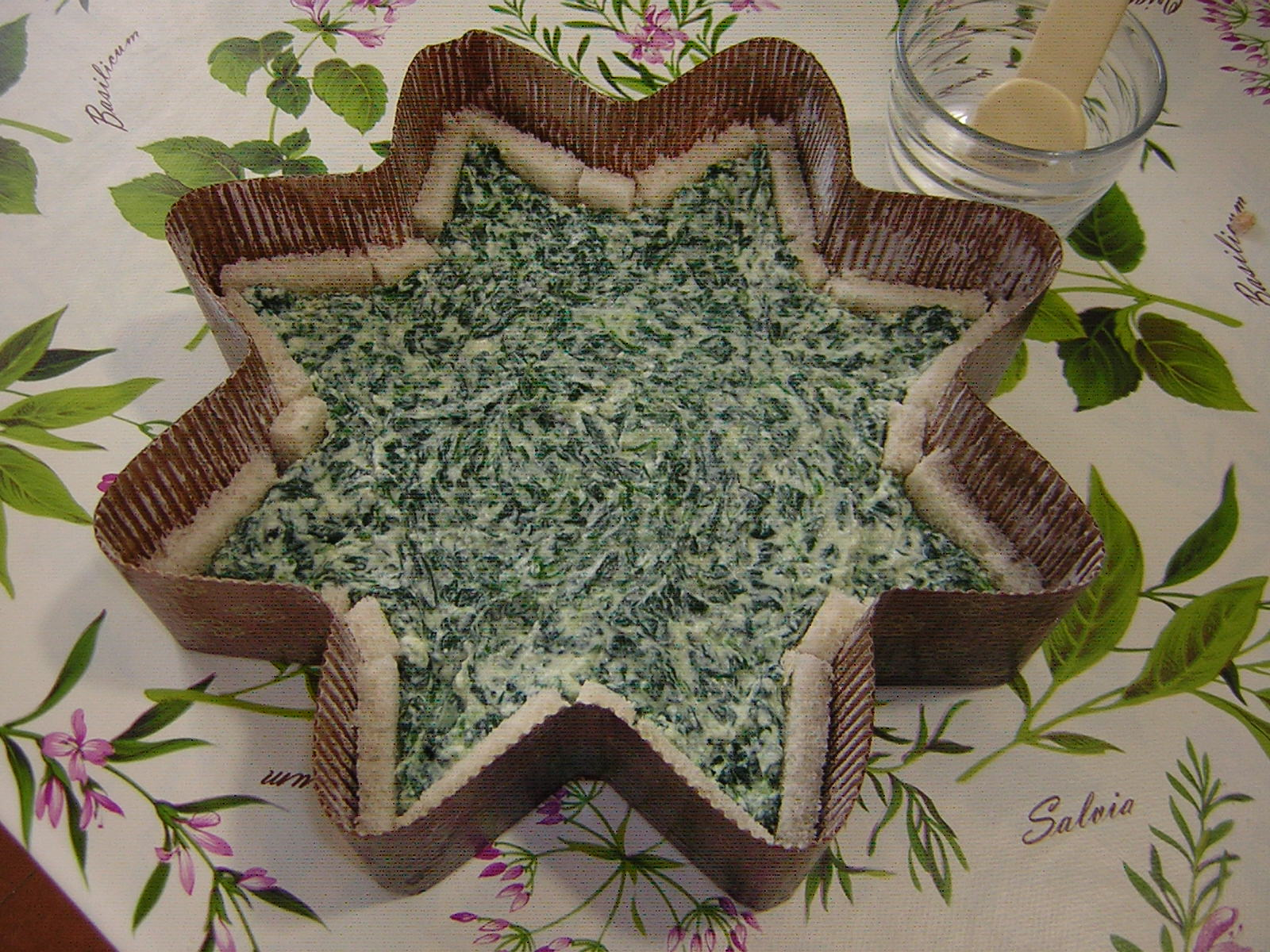 preparazione della torta stella salata ricotta e spinaci