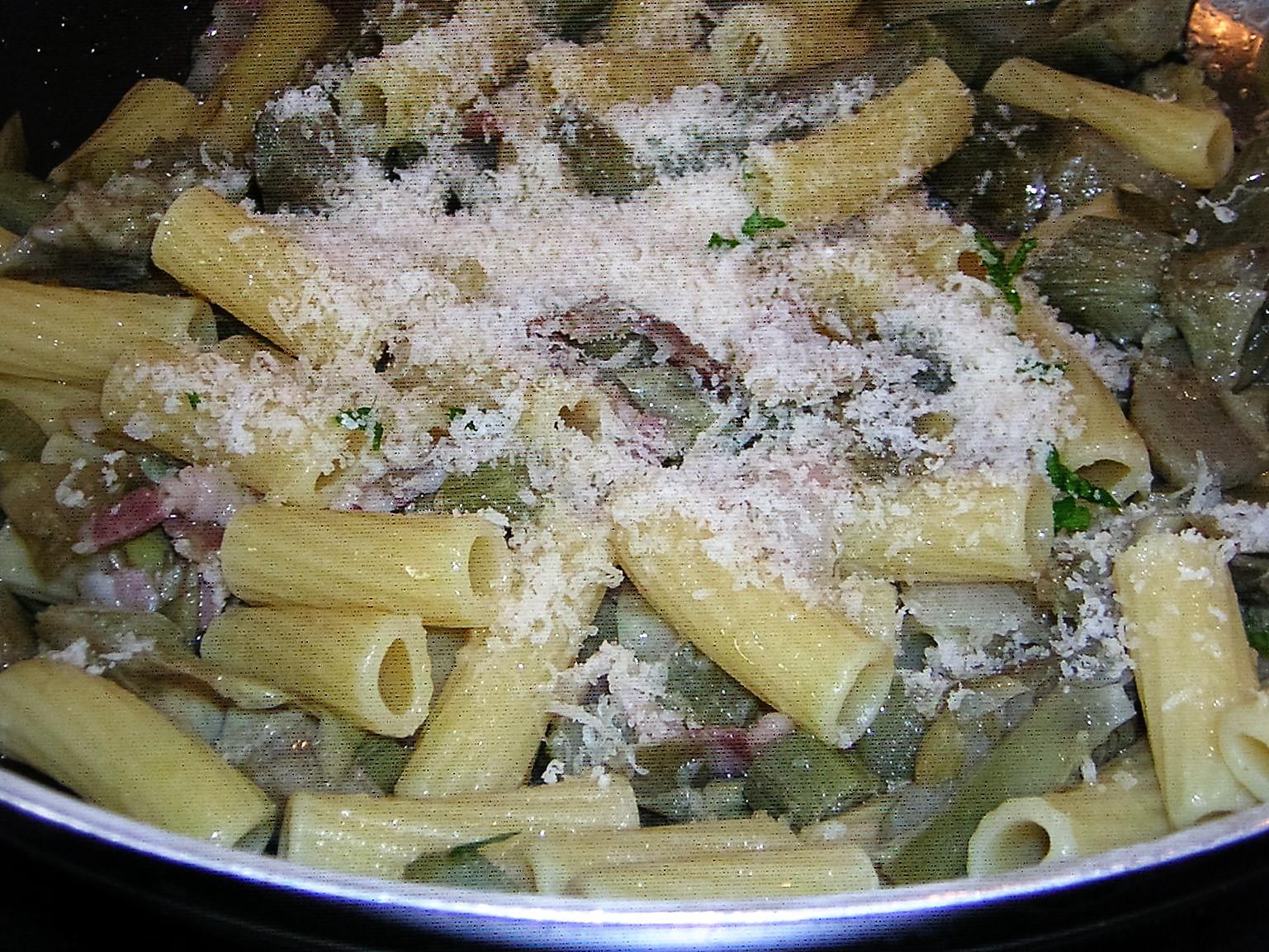 preparazione della pasta con carciofi e pancetta affumicata