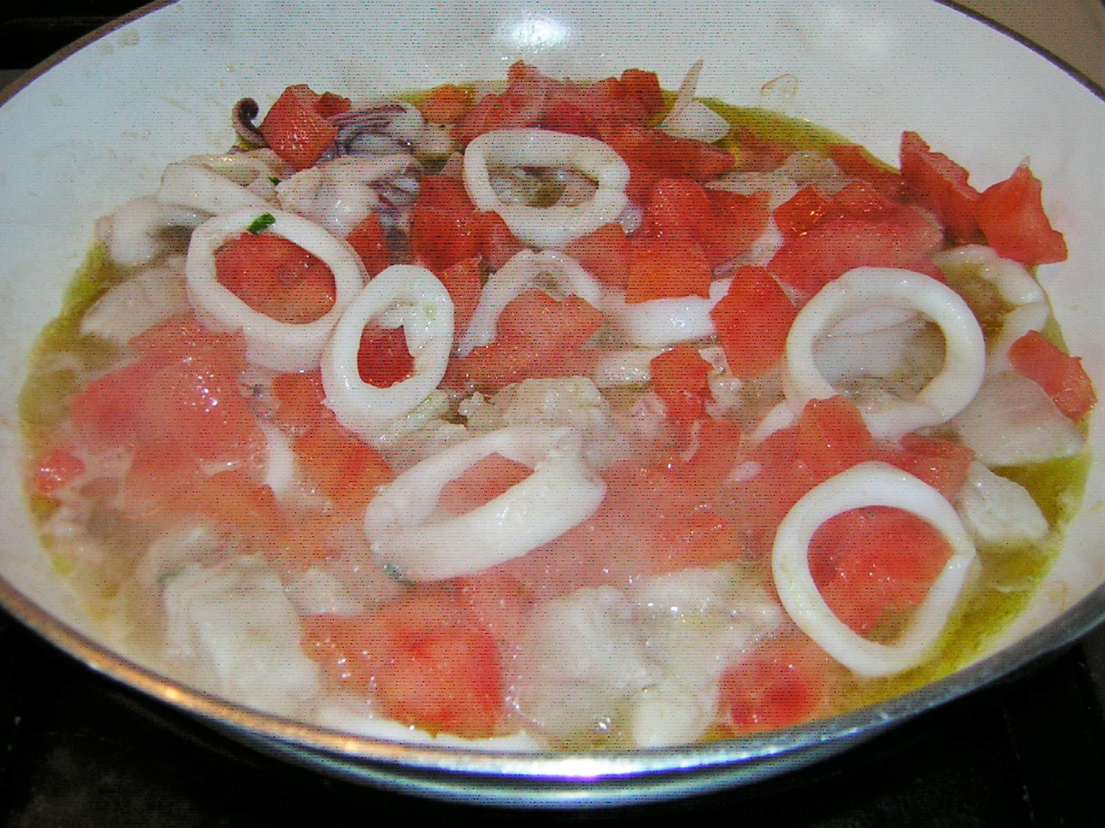 preparazione delle mezze maniche con calamari e persico