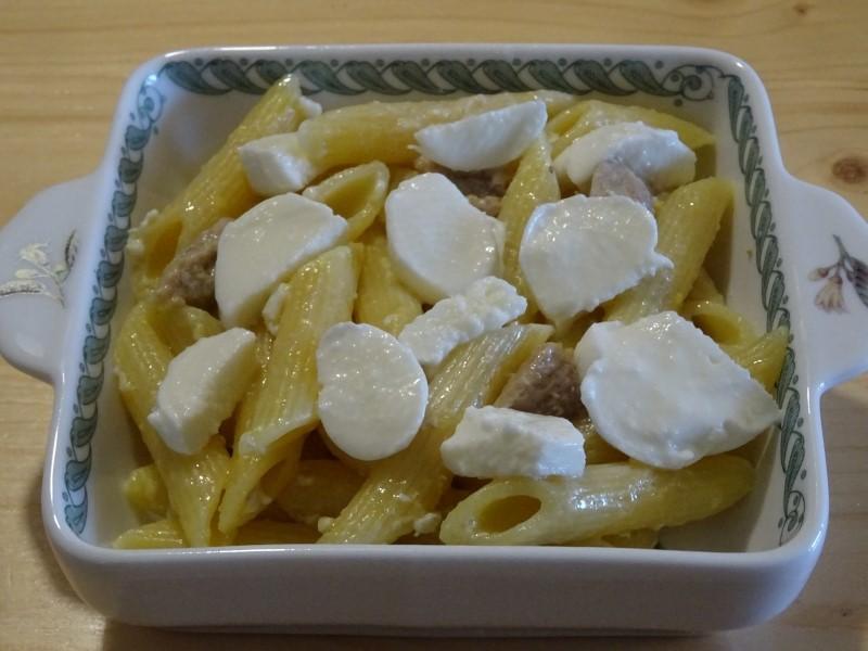 preparazione della carbonara al forno con mozzarella