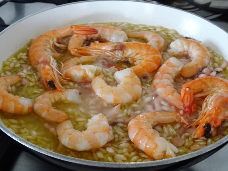 preparazione del risotto di mare bianco saporito