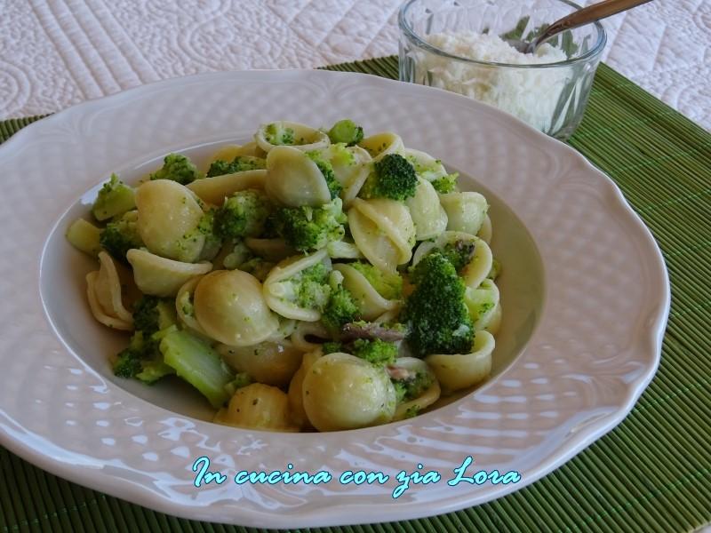 orecchiette con broccoli e acciughe