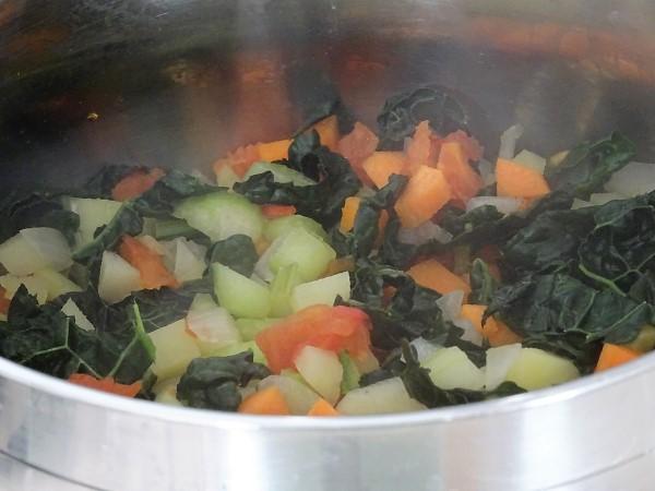 preparazione della minestra con cavolo nero fagioli e maltagliati