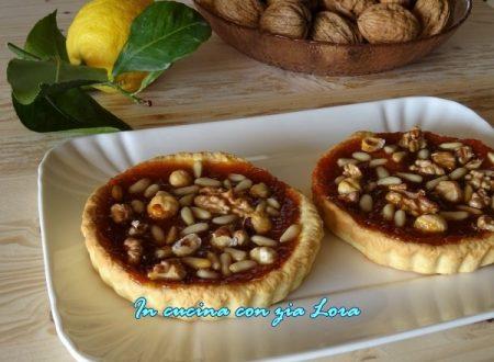 Crostata con marmellata e frutta secca