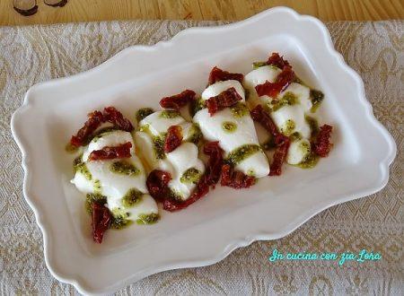 Mozzarella con pesto e pomodori secchi