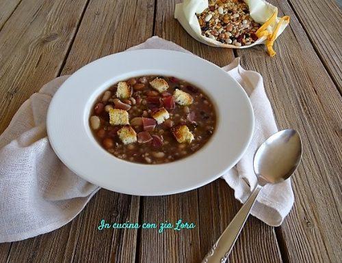 Zuppa di legumi e cereali con speck