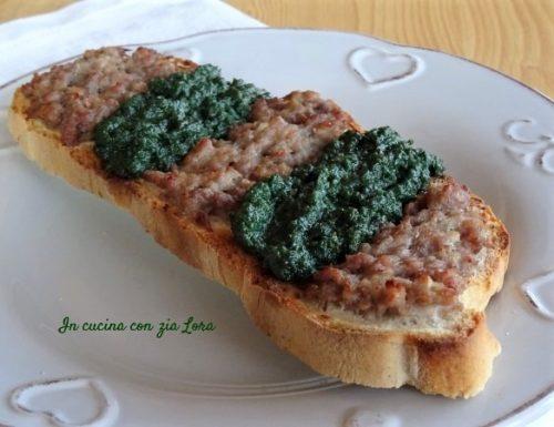 Bruschetta con cavolo riccio e salsiccia