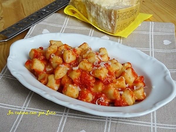 Ricetta Gnocchi Di Patate Con Sugo.Gnocchi Di Patate Al Sugo Di Pomodoro In Cucina Con Zia Lora