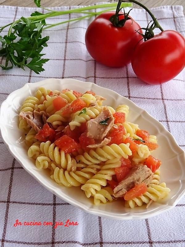 Pasta fredda con filetti di tonno e pomodorini