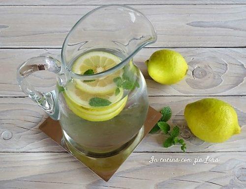 Acqua con limone e menta bibita dissetante