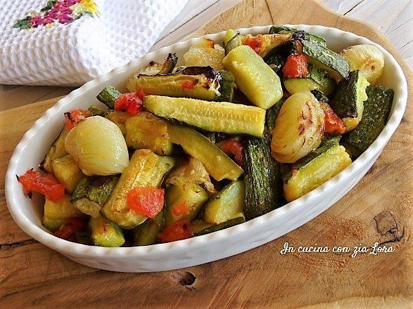 Zucchine con cipolle e pomodori al forno