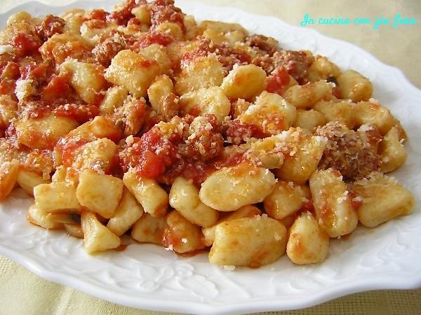 Gnocchi di patate al ragù salsiccia e funghi