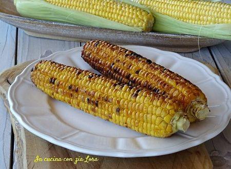 Pannocchie di mais dolce grigliate perfette