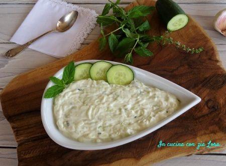 Salsa greca tzatziki con yogurt e cetriolo