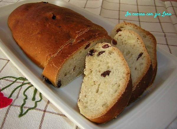 Pane di mosto con uvetta e mandorle