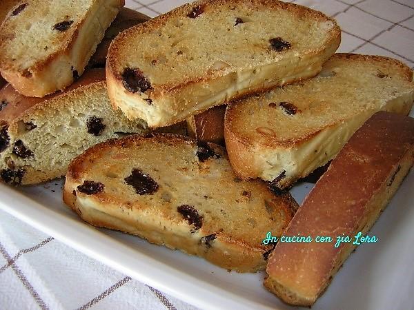 Pane di mosto con uvetta e mandorle biscottato