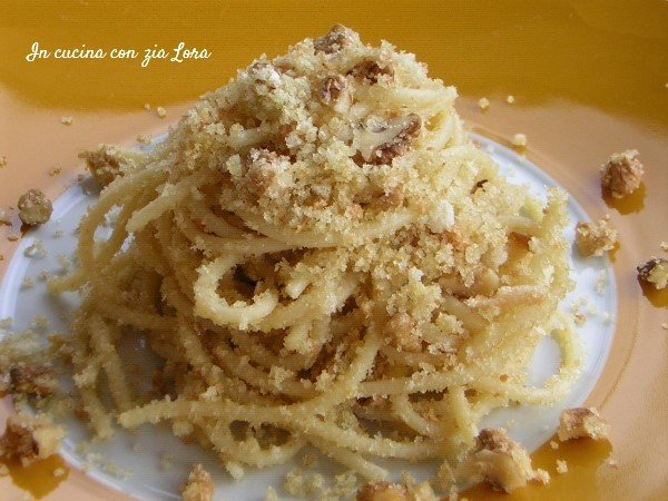 Spaghetti con le molliche e noci