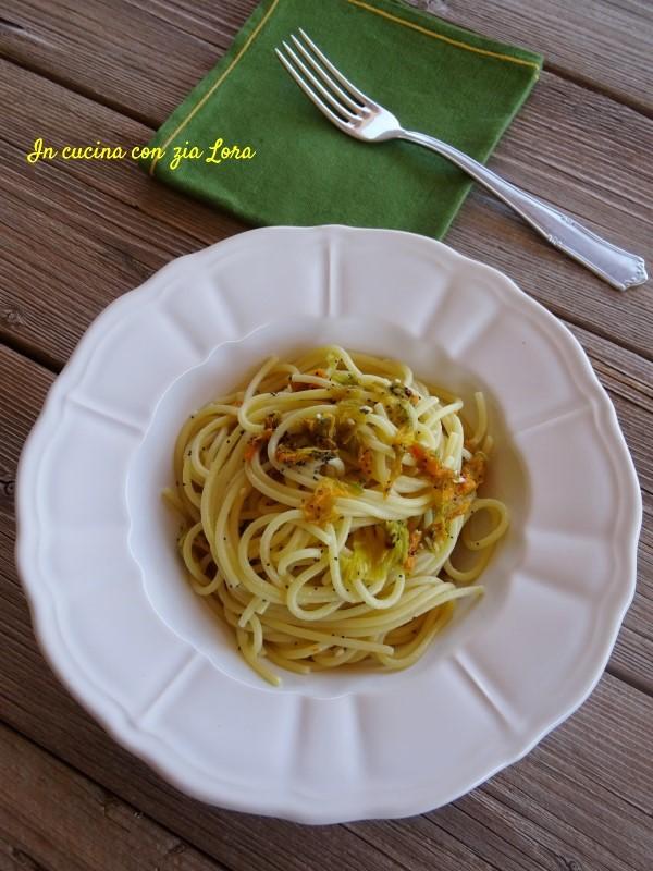 Spaghetti con fiori di zucca e semi di papavero