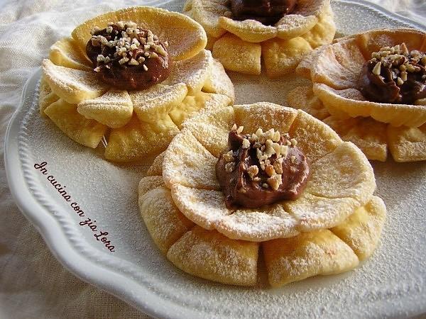 Fiori di carnevale con cioccolato e nocciole