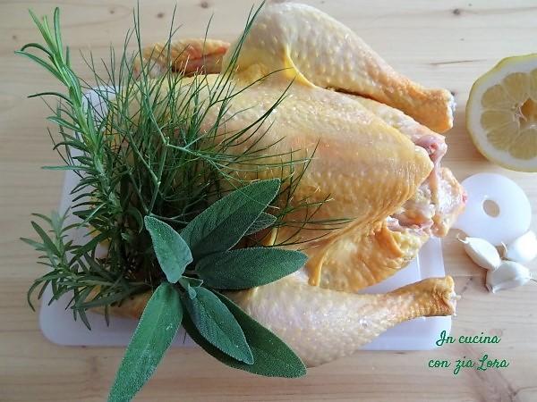 Ingredienti del pollo intero al forno saporito