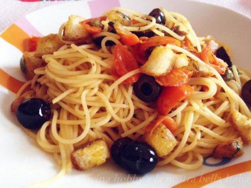 Spaghetti con capperi e olive nere