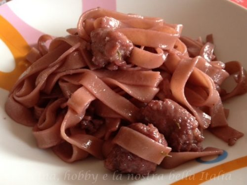 Tagliatelle al vino rosso e salsiccia