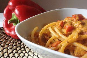Pasta con pesto di basilico e crema di peperoni