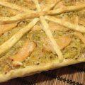 crostata di sfoglia con salmone e porri