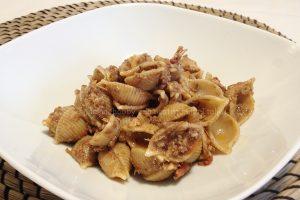 Pasta con pesto di olive e tonno