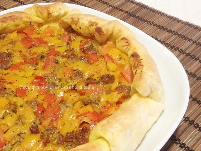 torta salata con peperoni e salsiccia