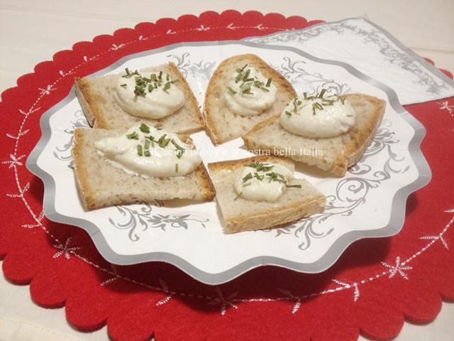 crostini con crema al tartufo e caprino