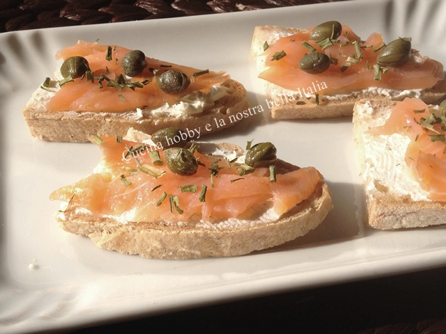 crostini con salmone e capperi