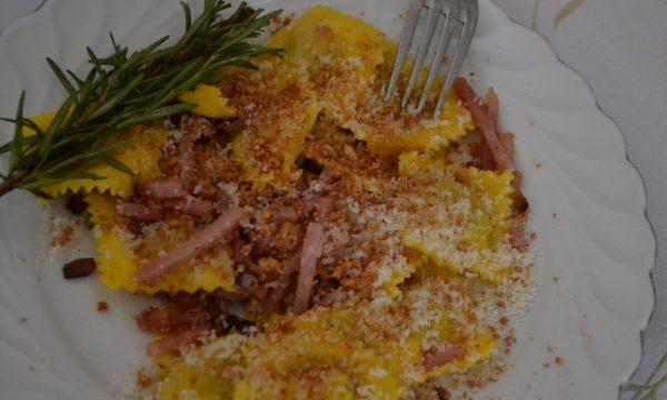 Ravioli di zucca, speck e amaretti