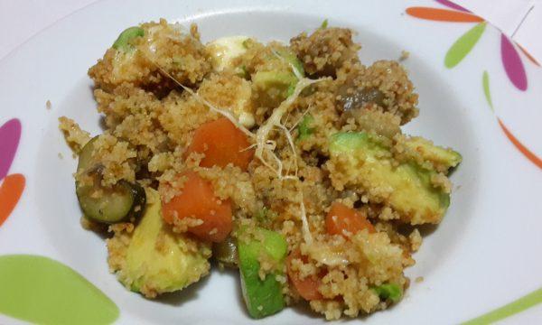 Couscous caldo con verdure, avocado e mozzarella