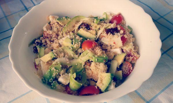 Couscous estivo con pomodorini, zucchine crude, formaggio, pomodorini secchi e avocado