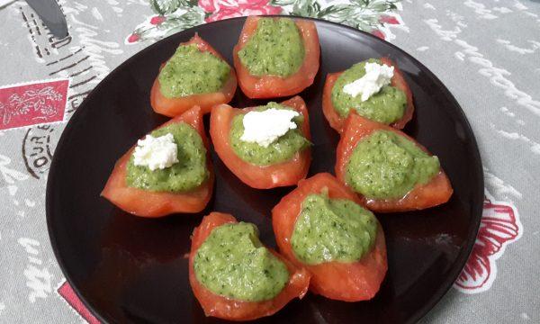 Barchette di pomodoro con crema di zucchine