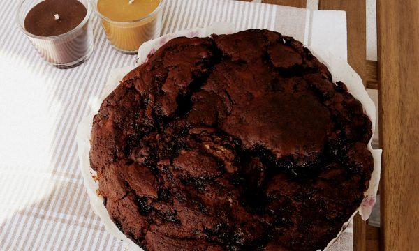 Torta al cacao ripiena di marmellata