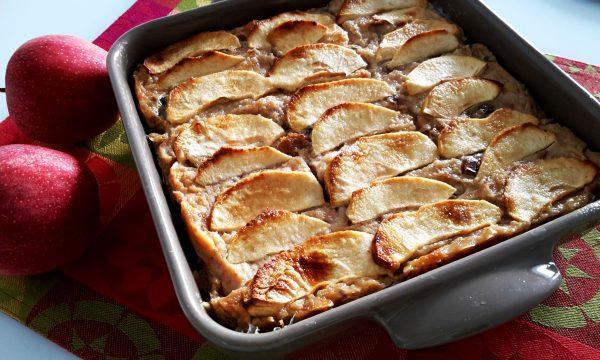 Torta di pane integrale alle mele, prugne e cannella